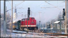 Die Weiterfahrt ins Erzgebirge übernehmen zwei Dieselloks der Baureihe 112, während 52 8080 als Leerfahrt nach Chemnitz-Hilbersdorf rollt.