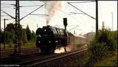 Die Schnellzuglok 01 509 faucht mit einem Sonderzug am 20.08.2010 zu einer Sachsenrundfahrt über die Gleise.
