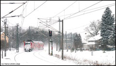 Doppelstock-Wendezug ist mit Lok der Baureihe 143 in Richtung Freiberg unterwegs.