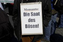Plakat bei einer Demonstration gegen Monsanto in Düsseldorf / Genmais - Deutschland