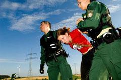 ..Alle Beteiligten der Aktion werden vorübergehend festgenommen, die Personalien festgestellt und jeder muß mit einer Anzeige rechnen.. / Genmais - Deutschland