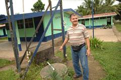 Eine Schule am Rande der Ananas - Monokulturen mußte ihren Brunnen schließen. Die Kinder klagten über Magenprobleme und Durchfallerkrankungen. DEr Schulleiter vor dem vergifteten Brunnen / Industrie / Ananas - Costa Rica