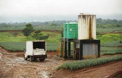 Spritz- und Düngemittestationen inmitten ausgeräumter Landschaften / Industrie / Ananas - Costa Rica
