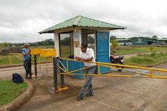 Überwachte Einfahrt einer großen Ananasfarm. Die Großbetriebe scheuen die Öffentlichkeit. / Industrie / Ananas - Costa Rica