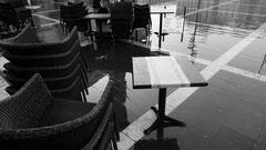 Routiniert werden bei Hochwasser die Cafes geräumt und die Geschäfte mit Sandsäcken abgedichtet