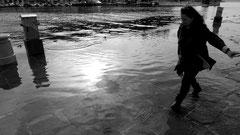 Vorerst tritt das Meer nur leise, beinahe zaghaft über die Ufer. Später mit Gebrüll