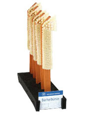 Bücherbürste - Die vorderen kräftigen Borstenentfernen jeden Schmutz von Bücherrücken. Die dahinter liegenden weichen Ziegenhaare nehmen den Staub auf. Geöltes Birnbaumholz. Ziegenhaar / Borste. Größe 27 cm.