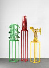 von links nach rechts: o.T. 2020 Holz, Acryl und Fundstücke 79 x 50 x 24 cm, o.T. 2020 Holz, Acryl und Fundstücke 65 x 25 x 44 cm, o.T. 2020 Holz, Acryl und Fundstücke