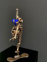 """I LOVE YVES, Galerie-Zombie aus der Arbeitsreihe """"Leipziger Allerlei"""" 2020/2021 Bronze, Acryl armiert, 46,5 x 21 x 20 cm, Unikatedition 6 + 2, Ex. 3/6"""