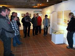 Frau Hentzschel erläutert die Ausstellung.