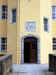 Eingangsportal mit mit dem erneuerten Wappenstein.