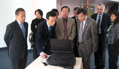 Tran Long Minh, présente le site officiel Hanoi Millenium à Son Excellence Mr. Le Kinh Tai, Ambassadeur de la RSVN à Paris et Son Excellence Mr. Van Nghia Dung, Ambassadeur du Vietnam à l'UNESCO