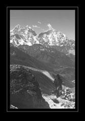Aufstig zum Pokalde mit Blick zum Kang Taia, 6779m & Mt. Thamserku, 6608m