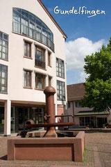 Bildnr. 303 / Rathaus und Brunnen