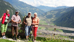 4 frohe Wanderer mit Blick ins Zillertal
