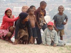 Kinder am Steinbruch