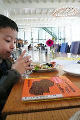 ランチはセントラル・ミュージアム内のカフェで。ドローグ・デザインの作で隅々までとてもかっこ良く、絵本を読みながら、美味しいランチを堪能しました。