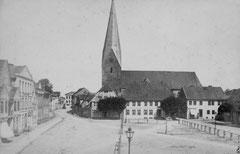 August: Marktplatz mit Pumpe vor 1875