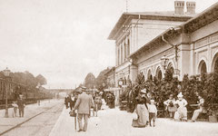 August: Reisende am Eutiner Bahnhof um 1900