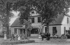 Dezember: Lindenhof, Fissau, im Jahr 1908 mit Personal