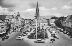 März: Der Eutiner Marktplatz mit gärtnerisch eingefriedetem Ehrenmal