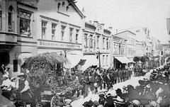 Juli: Umzug des Eutiner Volksfestes vor dem Ersten Weltkrieg