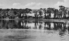 März: das Eutiner Krankenhaus am Kleinen Eutiner See vor 1968