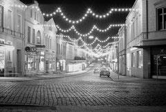 Dezember: Die Peterstraße im Weihnachtsschmuck zur Mitte der 1960er Jahre