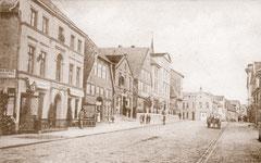 April: Die Lübecker Straße mit Viktoria-Hotel vor 1903