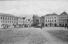 August: Eutiner Marktplatz mit dem charakteristischen Pflasterkreuz um 1900
