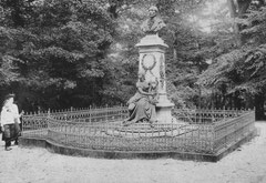 November: Die gärtnerische Anlage am Weber-Hain um 1907