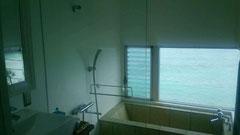 白いバスルーム、外は一面海