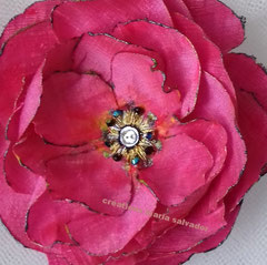 Accessoire coiffure fleur tissu de soie sauvage, réalisation brodée et ornée de toupies swarovsky, artisan Paris pièce unique