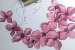 atelier de fleurs artificielles en tissu, fleur tintée et ornée de perles en verre,  applique à coudre pour ornement