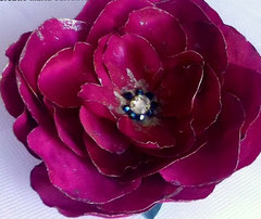 Accessoire coiffure, fleur en tissu de mousseline de soie, teintée et ornée avec de toupies et strass swarovsky