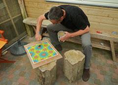 Na droging wordt het mozaiek licht geschuurd en gelakt