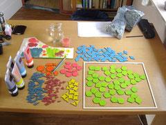 De stukjes worden geverfd met acrylverf volgens de kleurkeuze van Daphne en Thomas