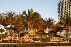 Das Hotel bei Sonnenaufgang -