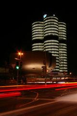 Das frisch renovierte BMW Hochhaus, im Vordergrund das BMW Museum.