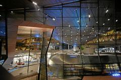 Blick ins Hauptgebäude der BMW Welt.