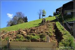 An diesem steilen Hang werden die Häuser gebaut.