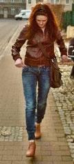 Immer passend: Jeans und Jacke im Blouson-Stil!