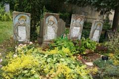 Am Grab von Kurt Mühlenhaupt und Familie, Friedhof am Halleschen Tor
