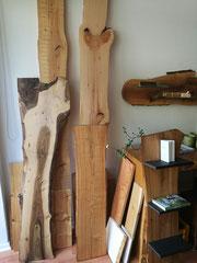 Holzmuster / Nußbaum / Zirbe / Kirschbaum / Zeder / Lärche / Eiche / Esche / Buchstütze aus Kirschbaum - MDF-Platte schwarz