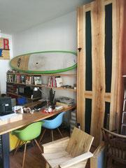 Regalwand und Schrank in Kernesche massiv - Plexiglas / Schreibtisch in amerikanischem Ahorn und Stahlgestell / Cocktailsessel in Rüster