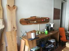 Kaffeetheke in Eiche massiv / Nußbaumbrett mit Glasfächern und Beleuchtung / Silent Aluflex Schiebetür mit Schilfrohrfüllung