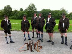 Böllerschützengruppe ASG Lohholz beim Weckruf im Rahmen der 120 Jahrfeier des Trachtenvereins Immergrün Kolbermoor