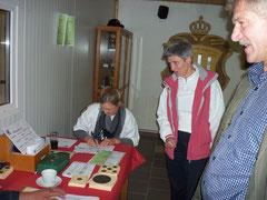 Karola beim Auswerten / Ausgeben der Scheiben zum Pokalschiessen