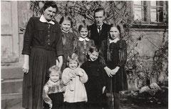 Familie Franz 1952 vor dem Pfarrhaus