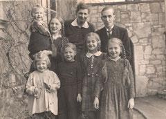 Familie Franz vor dem Pfarrhaus